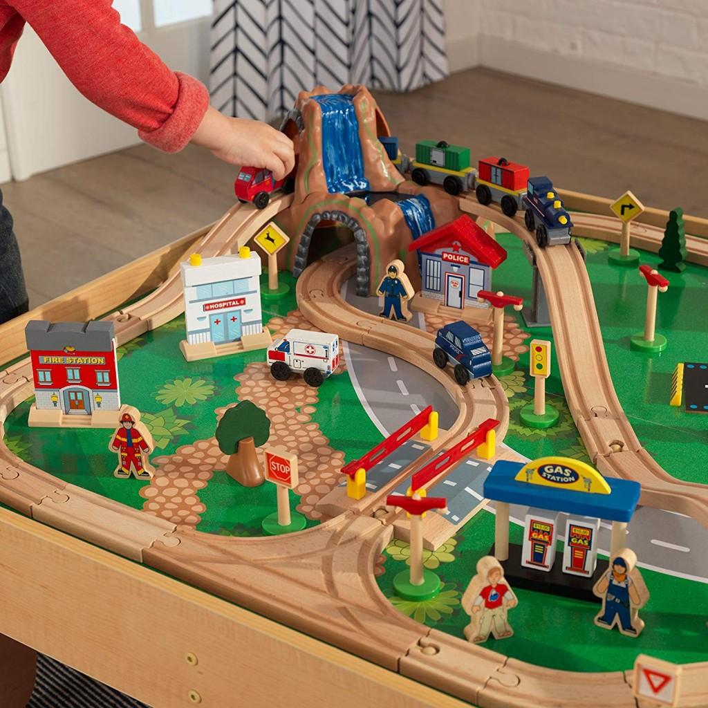 Circuito de tren de juguete con estrucutra de madera KidKraft 17850 detalles