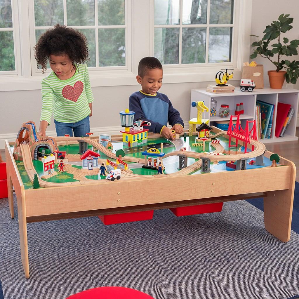 Circuito de tren de juguete con estrucutra de madera KidKraft 17850 para niños